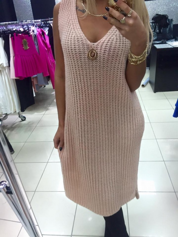 Pudrowa sukienka sweterek