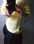 Żółty sweterek z satynową kokardą...