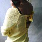 Żółty sweterek z satynową kokardą