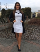 Biała golfowa sukienka z czarnym płaszczem