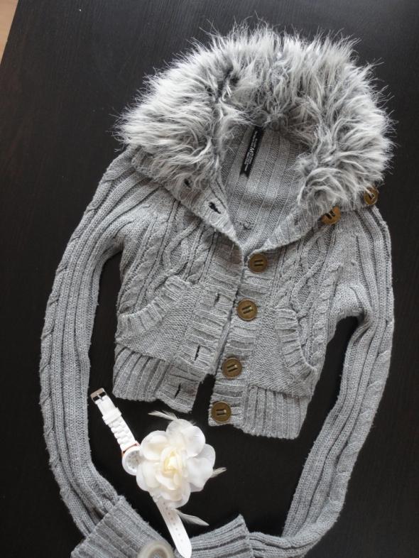 Ultrakrótki ciepły sweterek futrzak River Island...