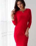 Czerwona sukienka midi ze złotą ozdobą...
