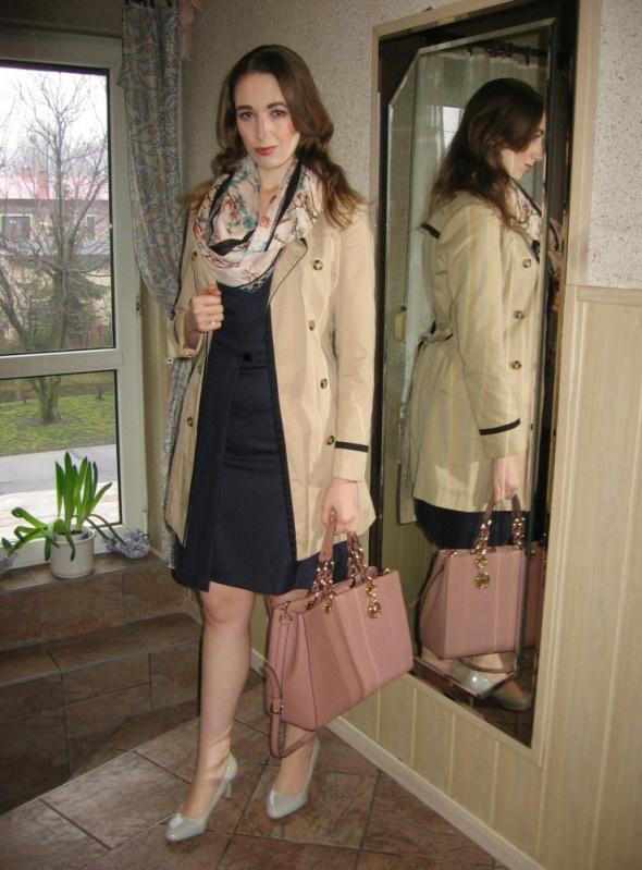 Do pracy Granatowa sukienka trencz i wiosenny szal