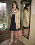 Granatowa sukienka trencz i wiosenny szal