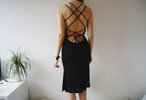b428fd9930 Suknie i sukienki mała czarna wiązana sznurki odkryte plecy wiązana