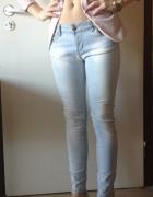 Jeansy niebieskie suwaki zip wstawki ekoskóra