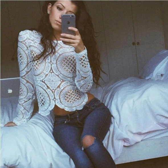 koronkowy sweterek i jeansy rurki