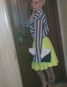 Rozkloszowana neonowa spódnica...