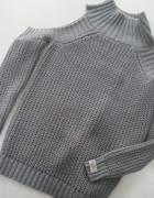 Piękny sweterek z wyciętymi ramionami