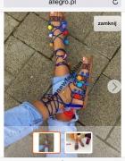 Sandałki z pomponami