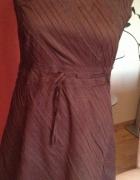 Piękna brązowa sukienka w asymetryczny motyw