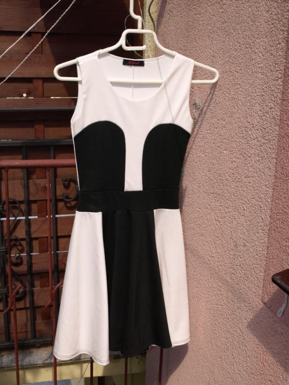 Sukienka czarnobiała krótka