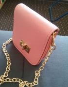 Mała pudrowa torebka złoty łańcuszek