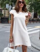 Rozkloszowana sukienka oversize biała