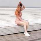 Różowa sukienka do sportowych butów