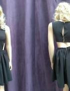 Sukienka z wyciętymi bokami