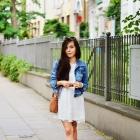 biała sukienka i jeansowa kurtka
