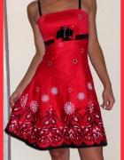 Sukienka rozkloszowana na wesele czerwona kwiaty