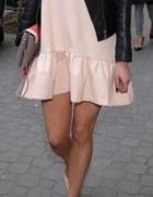 pastelowa sukienka falbana