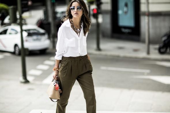 Codzienne spodnie khaki i biała koszula