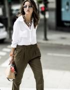 spodnie khaki i biała koszula