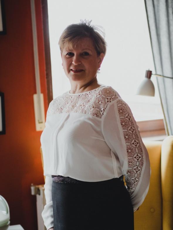 Na specjalne okazje Biala bluzka z czarną spódnicą