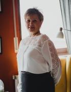 Biala bluzka z czarną spódnicą
