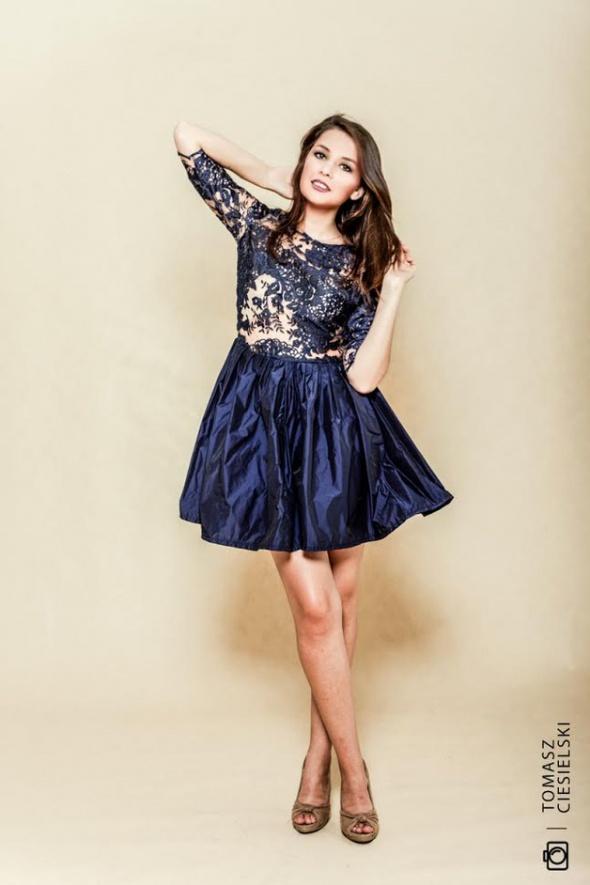 63b91afe597a62 Sukienka z koronki tatuaż granatowa w Suknie i sukienki - Szafa.pl