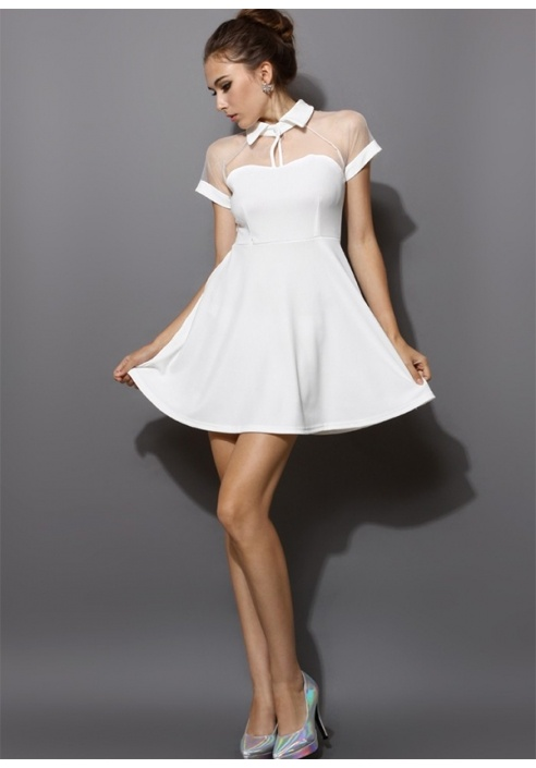 Białą sukienka z kołnierzykiem...
