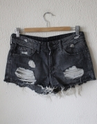 czarne jeansowe spodenki z przetarciami i dziurami...