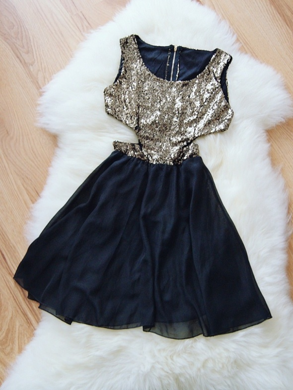 cekinowa sukienka z wycięciami