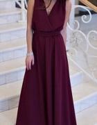 Długa czerwona lub bordowa suknia