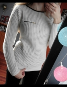Biały sweterek z lamówką przy dekolcie i zamkiem