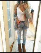 Biała bluzka i jeansy