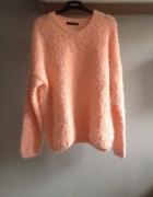 Mięciutki włochaty morelowy sweter