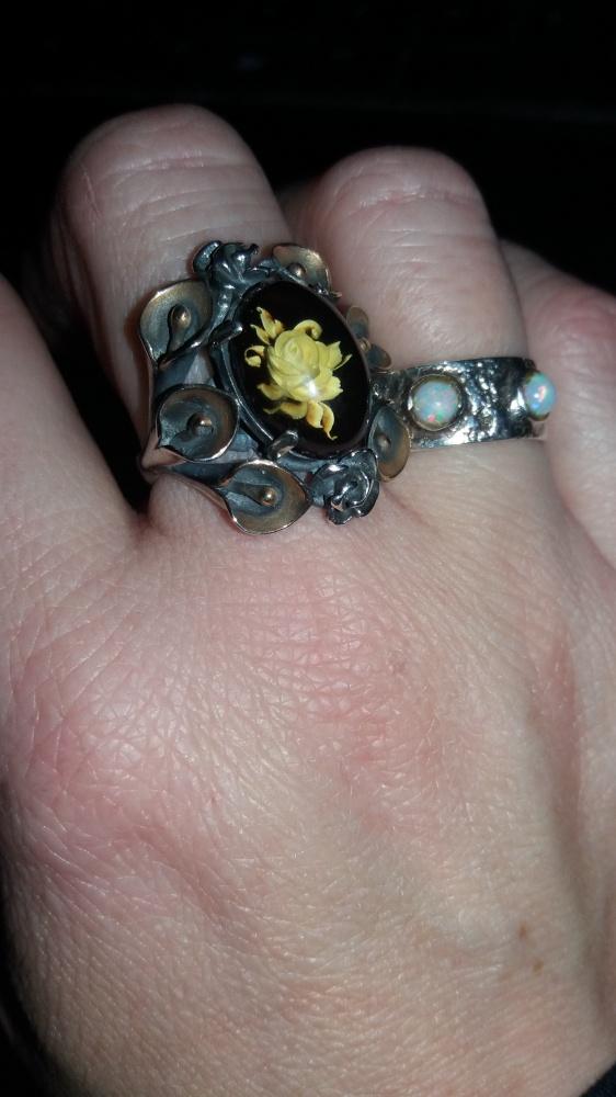 Rzeźbiona róża w bursztynie piękny pierścień
