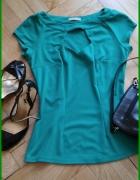 Elegancka zielona bluzka z wycięciem na dekolcie