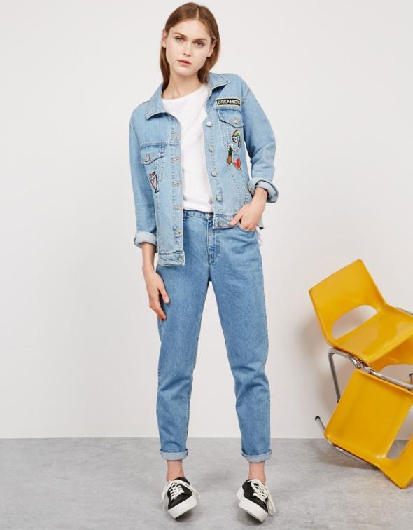 Kurtka jeansowa z naszywkami Bershka...