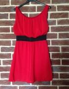 Czerwona sukienka z czarnym pasem