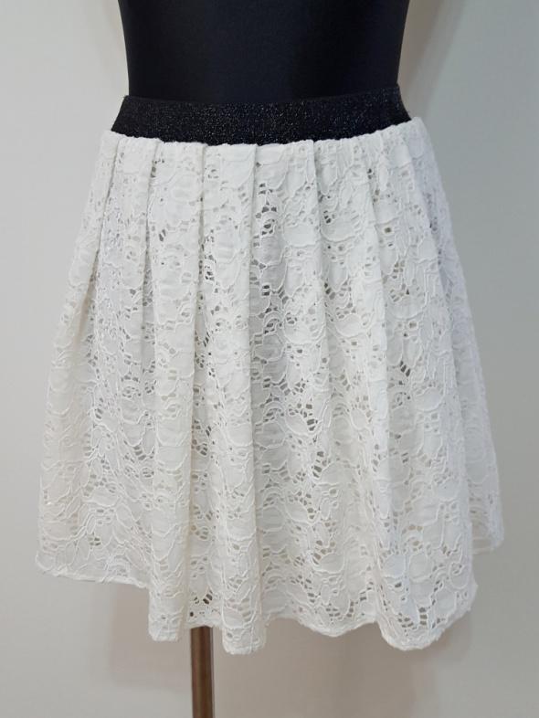 Spódnice rozkloszowana biała koronkowa spódniczka Chillin
