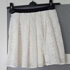 rozkloszowana biała koronkowa spódniczka Chillin