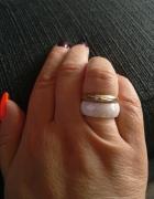 Złoty i porcelanowy pierścionek