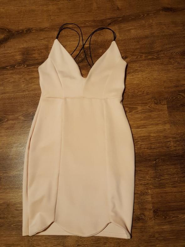 Dopasowana sukienka w biszkoptowym kolorze 36