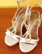 Piękne stylowe białe sandały z cyrkoniami