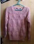 Różowy sweter pleciony