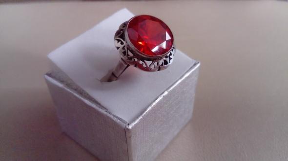 Koronka z rubinkiem