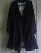 czarna płaszcz marki Reserved...