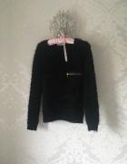 Czarny sweter ze złotym zamkiem