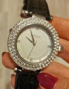 zegarek z czarnym paskiem i cyrkoniami