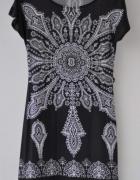 Czarna sukienka z ornamentowym wzorem...